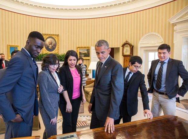 2.5.15_potus_dreamers_resolute_desk